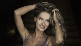 Εσωτερικό πορτρέτο μιας νέας όμορφης μοντέρνης γυναίκας που φορά τα μοντέρνα εξαρτήματα Κρυμμένα μάτια με το καπέλο Θηλυκή μόδα Στοκ Φωτογραφίες