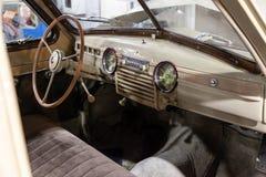 Εσωτερικό σαλονιών του σοβιετικού αναδρομικού αυτοκινήτου gaz m20 με το εκλεκτής ποιότητας τιμόνι και τα μαλακά καθίσματα σε καλή στοκ φωτογραφία