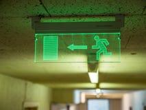 Εσωτερικό σημάδι εξόδων πυρκαγιάς έκτακτης ανάγκης άποψης πράσινο στο ανώτατο όριο Στοκ Εικόνες