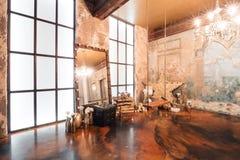 Εσωτερικό σοφιτών με τον καθρέφτη, κεριά, τουβλότοιχος, μεγάλο παράθυρο, καθιστικό, τραπεζάκι σαλονιού στο σύγχρονο σχέδιο Στοκ εικόνα με δικαίωμα ελεύθερης χρήσης