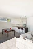 Εσωτερικό σπιτιών, καθιστικό με την κουζίνα Στοκ φωτογραφία με δικαίωμα ελεύθερης χρήσης