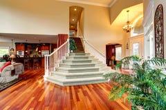 Εσωτερικό σπιτιών πολυτέλειας Φουαγιέ με την όμορφη σκάλα Στοκ Εικόνες