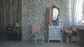 Εσωτερικό στούντιο με έναν καθρέφτη φιλμ μικρού μήκους