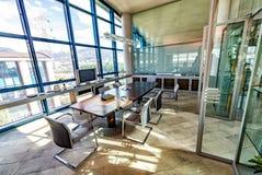 εσωτερικό σύγχρονο γραφείο χρυσή ιδιοκτησία βασικών πλήκτρων επιχειρησιακής έννοιας που φθάνει στον ουρανό Στοκ φωτογραφία με δικαίωμα ελεύθερης χρήσης
