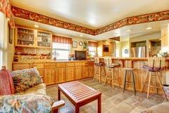 εσωτερικό σύγχρονο κόκκινο σπιτιών εισόδων πορτών εδρών ανοικτό σχέδιο ορόφων Κουζίνα και να δειπνήσει περιοχή Στοκ εικόνα με δικαίωμα ελεύθερης χρήσης