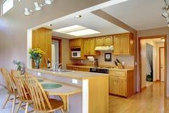 εσωτερικό σύγχρονο κόκκινο σπιτιών εισόδων πορτών εδρών Δωμάτιο κουζινών Στοκ εικόνα με δικαίωμα ελεύθερης χρήσης