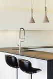 Εσωτερικό σύγχρονο σπίτι, κουζίνα Στοκ φωτογραφία με δικαίωμα ελεύθερης χρήσης