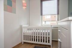 Εσωτερικό σύγχρονο ύφος δωματίων μωρών με το παχνί μωρών Στοκ εικόνες με δικαίωμα ελεύθερης χρήσης