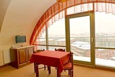 Εσωτερικό τεμάχιο καθιστικών με ένα κόκκινο ύφασμα και ένα lambrequin Στοκ Φωτογραφία