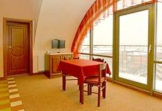 Εσωτερικό τεμάχιο καθιστικών με ένα κόκκινο ύφασμα σε έναν πίνακα Στοκ φωτογραφία με δικαίωμα ελεύθερης χρήσης