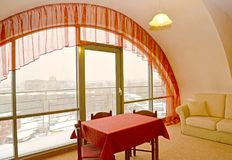 Εσωτερικό τεμάχιο καθιστικών με ένα κόκκινο lambrequin σε ένα παράθυρο Στοκ εικόνες με δικαίωμα ελεύθερης χρήσης