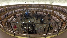 Εσωτερικό της βιβλιοθήκης πόλεων της Στοκχόλμης απόθεμα βίντεο