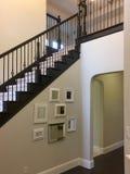Εσωτερικό της εισόδου σε έναν πρώτο όροφο καινούργιων σπιτιών Στοκ Εικόνα