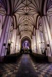 Εσωτερικό της εκκλησίας Jesuits στη Βαρσοβία Πολωνία, απολύτως κενό και με τα πορφυρά φω'τα στοκ εικόνες με δικαίωμα ελεύθερης χρήσης