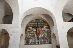 Εσωτερικό της εκκλησίας trullo με τα archs και τα παράθυρα, Alberobello, Ιταλία Στοκ Εικόνα