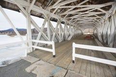 Εσωτερικό της ιστορικής, άσπρης καλυμμένης γέφυρας σε Groveton, νέο Hamp Στοκ Φωτογραφίες