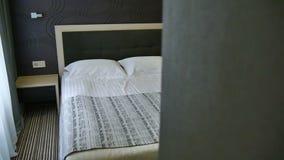 Εσωτερικό της κρεβατοκάμαρας γρήγορο σε σε αργή κίνηση διακοπών σπιτιών πολυτέλειας Διακόσμηση στο εσωτερικό κρεβατοκάμαρων απόθεμα βίντεο