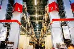 Εσωτερικό της μεγάλης αποθήκης της IKEA με ένα ευρύ φάσμα των προϊόντων στο Μάλμοε, Σουηδία Στοκ Φωτογραφίες