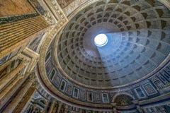 Εσωτερικό της Ρώμης Pantheon με τη διάσημη ακτίνα του φωτός στοκ εικόνες
