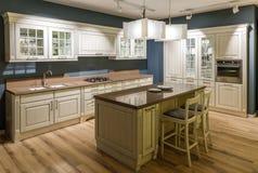 Εσωτερικό της σύγχρονης κουζίνας με τα ξύλινα γραφεία στοκ φωτογραφία με δικαίωμα ελεύθερης χρήσης