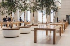 Εσωτερικό της Apple Store στην οδό αντιβασιλέων, Λονδίνο, UK Στοκ φωτογραφία με δικαίωμα ελεύθερης χρήσης