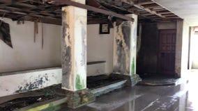 Εσωτερικό του εγκαταλειμμένου χαλασμένου και ξενοδοχείου στο νησί του Μπαλί απόθεμα βίντεο