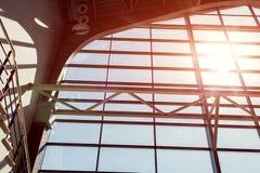 Εσωτερικό του εμπορικού κέντρου κτήρια σύγχρονα Σχέδιο παραθύρων ελαφριά σκιά Στοκ Φωτογραφία