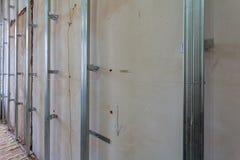 Εσωτερικό του διαμερίσματος με τα υλικά κατά τη διάρκεια στην ανακαίνιση και την κατασκευή Στοκ Φωτογραφία