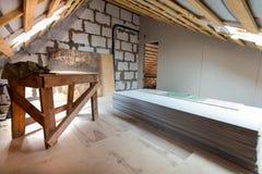 Εσωτερικό του διαμερίσματος με τα υλικά κατά τη διάρκεια της κατώτερων ανακαίνισης, της αναδιαμόρφωσης και της κατασκευής Στοκ φωτογραφία με δικαίωμα ελεύθερης χρήσης