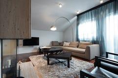 Εσωτερικό του διαμερίσματος σοφιτών - καθιστικό με την εστία Στοκ φωτογραφία με δικαίωμα ελεύθερης χρήσης