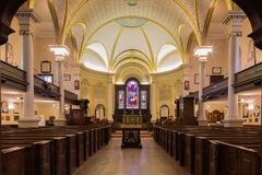 Εσωτερικό του ιστορικού ιερού καθεδρικού ναού τριάδας στην πόλη του Κεμπέκ στοκ εικόνες