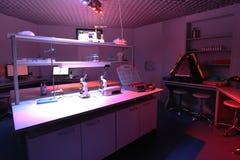 Εσωτερικό του καθαρού σύγχρονου άσπρου ιατρικού ή χημικού εργαστηριακού υποβάθρου Εργαστηριακή έννοια χωρίς ανθρώπους στοκ εικόνες