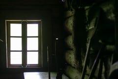 Εσωτερικό του καθιστικού στο παλαιό παραδοσιακό αγροτικό ξύλινο σπίτι στοκ φωτογραφία