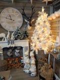 Εσωτερικό του καταστήματος εγχώριων άρθρων με τις διακοσμήσεις Χριστουγέννων Στοκ εικόνα με δικαίωμα ελεύθερης χρήσης