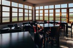 Εσωτερικό του κενού εστιατορίου την ηλιόλουστη ημέρα Στοκ Φωτογραφία
