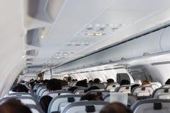 Εσωτερικό του μεγάλου αεροπλάνου επιβατών με τους ανθρώπους στα καθίσματα έτοιμα στοκ φωτογραφία με δικαίωμα ελεύθερης χρήσης
