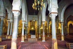 Εσωτερικό του μεγάλου μουσουλμανικού τεμένους σε Kairouan, Τυνησία στοκ εικόνα