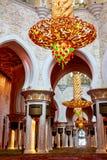 Εσωτερικό του μεγάλου μουσουλμανικού τεμένους στο Αμπού Ντάμπι - πολυέλαιος στοκ εικόνα