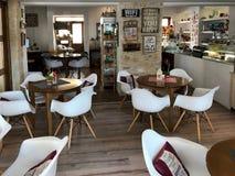 Εσωτερικό του μικρών άνετων σύγχρονων καφέ και του αρτοποιείου, Κύπρος στοκ εικόνα με δικαίωμα ελεύθερης χρήσης