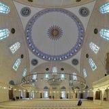 Εσωτερικό του μουσουλμανικού τεμένους Yavuz Selim στη Ιστανμπούλ, Τουρκία Στοκ εικόνες με δικαίωμα ελεύθερης χρήσης