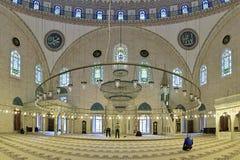 Εσωτερικό του μουσουλμανικού τεμένους Yavuz Selim στη Ιστανμπούλ, Τουρκία Στοκ Εικόνες
