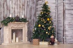 Εσωτερικό του νέου έτους με fir-tree και μια εστία Στοκ φωτογραφία με δικαίωμα ελεύθερης χρήσης