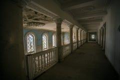 Εσωτερικό του παλαιού ανατριχιαστικού εγκαταλειμμένου μεγάρου Πρώην σανατόριο Gagripsh, Γκάγκρα, Αμπχαζία στοκ φωτογραφία
