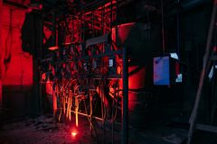 Εσωτερικό του παλαιού εγκαταλειμμένου εργοστασίου Σκουριασμένα βιομηχανικά καλώδια δεξαμενών, και σωλήνες στοκ εικόνα με δικαίωμα ελεύθερης χρήσης