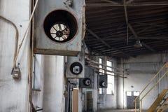 Εσωτερικό του παλαιού μεγάλου εγκαταλειμμένου εργοστασίου, στους τοίχους, που σπάζουν στοκ φωτογραφία με δικαίωμα ελεύθερης χρήσης