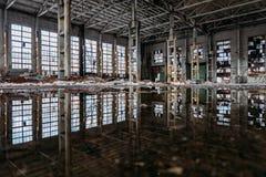 Εσωτερικό του πλημμυρισμένου βρώμικου εγκαταλειμμένου βιομηχανικού κτηρίου με την αντανάκλαση νερού στοκ εικόνες με δικαίωμα ελεύθερης χρήσης