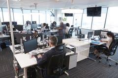 Εσωτερικό του πολυάσχολου σύγχρονου ανοικτού γραφείου σχεδίων με το προσωπικό Στοκ Εικόνα