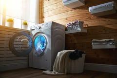 Εσωτερικό του πραγματικού δωματίου πλυντηρίων με το πλυντήριο στο παράθυρο Στοκ Εικόνες