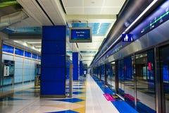 Εσωτερικό του σταθμού μετρό στο Ντουμπάι στοκ εικόνες
