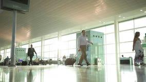 Εσωτερικό του σύγχρονου αερολιμένα με τους ανθρώπους στη βιασύνη απόθεμα βίντεο